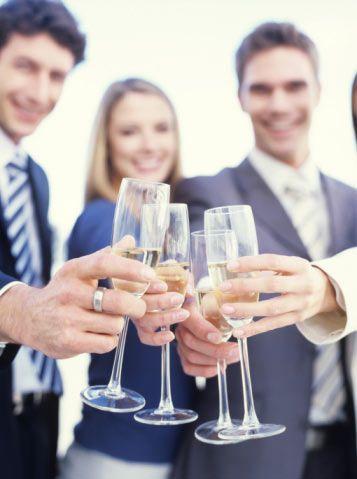 """22. Gün: İşyerinizde yakışıklı iş arkadaşlarınızın da katılacağı bir happy hour düzenleyin. Emin olun kaynaşmak için iyi bir yoldur!<  23. Gün: Marketteyken  """"yanlışlıkla"""" seksi bir erkeğe çarpın ve üzgün olduğunuzu söyleyin. Kim bilir belki iyi bir arkadaşlık doğar."""
